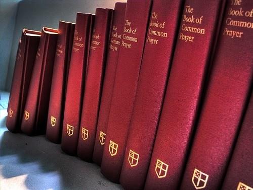 Uma das maiores riquezas da tradição anglicana é o Livro de Oração Comum (LOC). Hoje ele pode causar estranheza em muitas pessoas, seja pela falta de familiaridade, seja pelo seu linguajar clássico já desconhecido pela maioria das pessoas.
